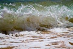 Волна ломая на береге стоковое изображение rf