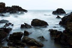 Волна ломая на утесе стоковое фото rf