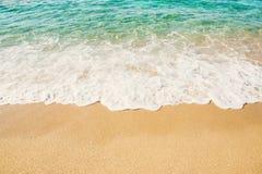 Волна предпосылки моря бирюзы с пеной на песчаном пляже Стоковое Изображение RF