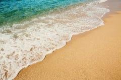 Волна предпосылки мягкая моря бирюзы на песчаном пляже Стоковые Изображения RF
