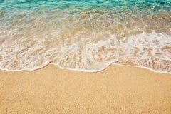 Волна предпосылки мягкая моря бирюзы на песчаном пляже Стоковая Фотография