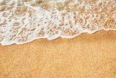 Волна предпосылки мягкая моря с пеной на песчаном пляже Стоковое фото RF
