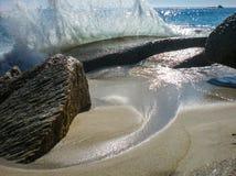 Волна против утеса Стоковое Изображение