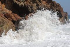 Волна разбивая на береге Стоковое Изображение RF