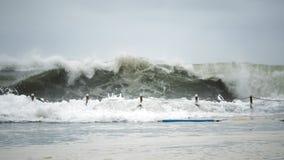 Волна разбивая против бассейна пляжа стоковые фотографии rf