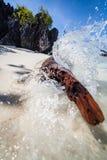 Волна ударяет берег Стоковое фото RF