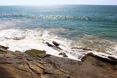 Волна ударяет утесы, Цейлон стоковые изображения
