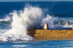 Волна ударяя бассейн пляжа приливный  стоковые изображения rf