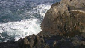 Волна ударяя утесы сток-видео