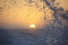 Волна уловленная в заходе солнца Стоковые Изображения RF