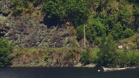 Волна шлюпки панорамного взгляда пустая деревянная на воде реки в горе зеленые валы swallowtail лета травы дня бабочки солнечное сток-видео
