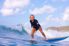 Волна surfa девушки Стоковое Изображение