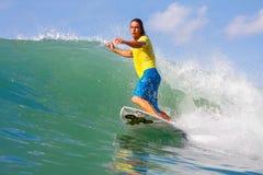 Волна surfa девушки Стоковая Фотография