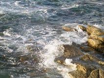 Волнистое голубое Эгейское море на ветреный день на острове Mykonos Стоковые Изображения RF