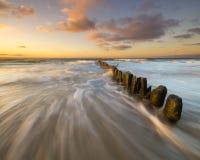 Волнистое море во время захода солнца Стоковая Фотография RF