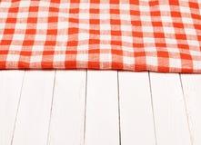 Волнистое скатерти красное и белое checkered на борту Стоковое Фото