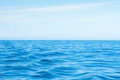 Волнистый голубой океан с голубым небом Стоковые Изображения RF