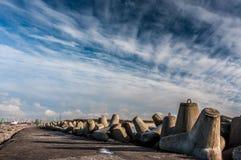 Волнорез и облачное небо jpg стоковые фотографии rf