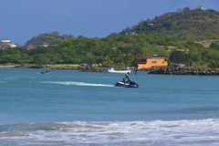 Водные виды спорта в тропическом пляже в деревне островка Gros в Сент-Люсия, карибской Стоковые Фотографии RF
