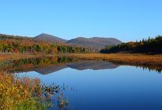 Водный путь и горы глуши Adirondack в осени стоковое изображение rf