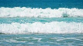 Волны бирюзы зеленые с пеной на песчаном пляже в Индонезии Стоковая Фотография RF