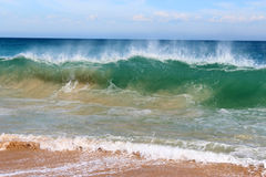Волны брызгая на базальте трясут на пляже Bunbury западной Австралии океана Стоковые Изображения