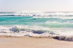 Волны бурного моря пляжа