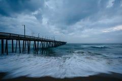 Волны в Атлантическом океане и пристани рыбной ловли в Вирджинии Bea Стоковые Изображения RF