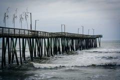Волны в Атлантическом океане и пристани рыбной ловли в Вирджинии Bea Стоковое Изображение