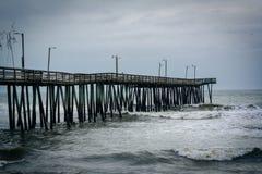 Волны в Атлантическом океане и пристани рыбной ловли в Вирджинии Bea Стоковое фото RF
