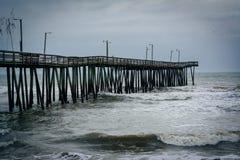 Волны в Атлантическом океане и пристани рыбной ловли в Вирджинии Bea Стоковая Фотография