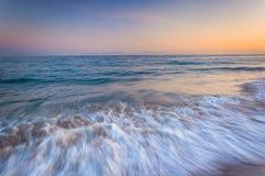 Волны в Тихом океане на заходе солнца, в Санта-Барбара, Californ Стоковые Изображения