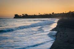 Волны в Тихом океане на заходе солнца, в Санта-Барбара, Californ Стоковые Изображения RF