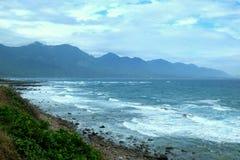 Волны 2 горы береговой линии Taitung разбивая Стоковая Фотография