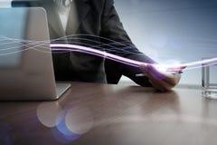 Волны голубых света и бизнесмена используя на портативном компьютере как Стоковые Изображения