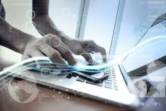 Волны голубых света и бизнесмена используя на портативном компьютере как Стоковая Фотография RF