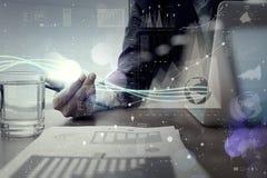 Волны голубых света и бизнесмена используя на портативном компьютере как Стоковые Фото