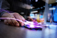 Волны голубых света и бизнесмена используя на smartphone как conce Стоковое Изображение RF