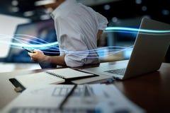 Волны голубых света и бизнесмена используя на smartphone как conce Стоковое Изображение