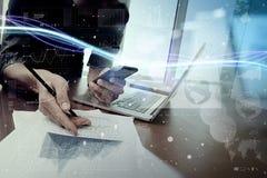 Волны голубых света и бизнесмена используя на smartphone как conce Стоковая Фотография RF