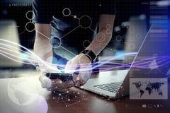 Волны голубых света и бизнесмена используя на smartphone как conce Стоковое Фото