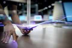 Волны голубых света и бизнесмена используя на smartphone Стоковая Фотография RF