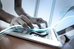 Волны голубых света и бизнесмена используя на smartphone Стоковое Изображение