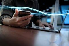 Волны голубых света и бизнесмена используя на smartphone Стоковые Изображения RF