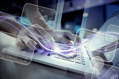 Волны голубых света и бизнесмена используя на smartphone Стоковые Изображения