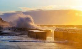 Волны задавливая с силой на пристани Mornington Стоковая Фотография