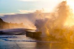 Волны задавливая с силой на пристани Mornington Стоковое Изображение RF
