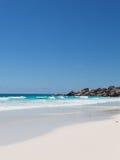 Волны и белый песок коралла Стоковое Изображение