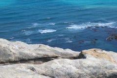 Волны и большой белый океан камня и голубых в Танжере, Стоковая Фотография RF