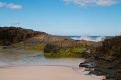 Вода и утесы на пляже Стоковое фото RF